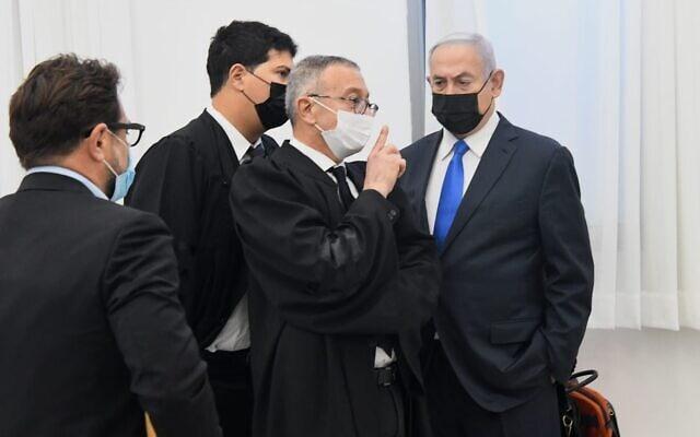 בנימין נתניהו ועורכי דינו עמית חדד ובעז בן צור בבית המשפט המחוזי בירושלים, 8 בפברואר 2021 (צילום: ראובן קסטרו/פול)