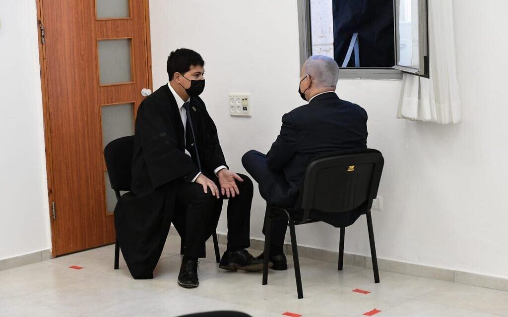 """בנימין נתניהו ועו""""ד עמית חדד בבית המשפט המחוזי בירושלים, 8 בפברואר 2021 (צילום: ראובן קסטרו/פול)"""