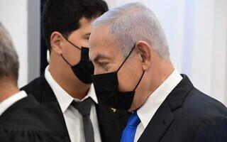 בנימין נתניהו ועורך דינו עמית חדד בבית המשפט המחוזי בירושלים, 8 בפברואר 2021 (צילום: ראובן קסטרו/פול)
