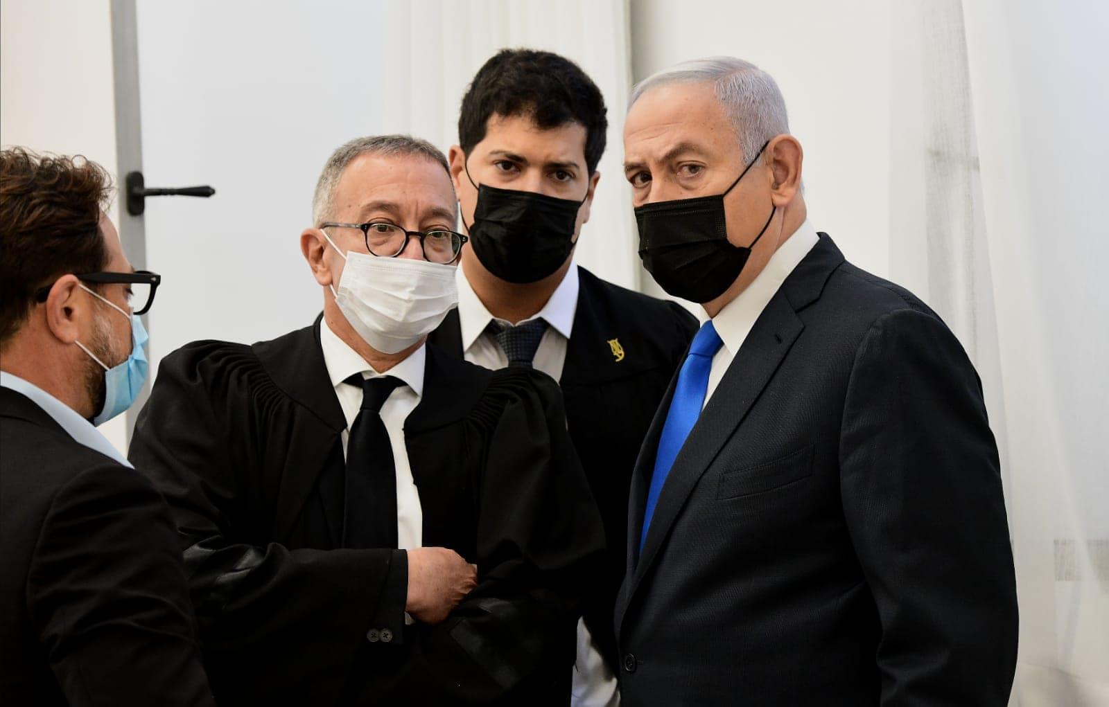 בנימין נתניהו ופרקליטיו עמית חדד ובעז בן צור בבית המשפט המחוזי בירושלים, 8 בפברואר 2021 (צילום: ראובן קסטרו/פול)