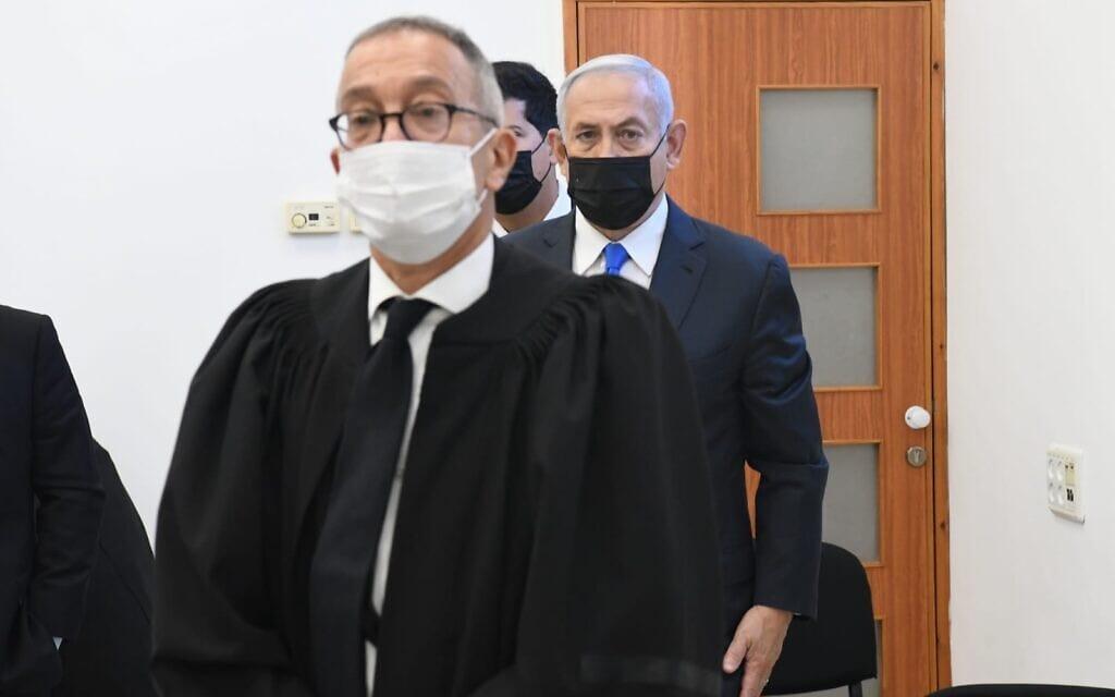 """עו""""ד בעז בן צור ובנימין נתניהו בבית המשפט המחוזי בירושלים, 8 בפברואר 2021 (צילום: ראובן קסטרו/פול)"""