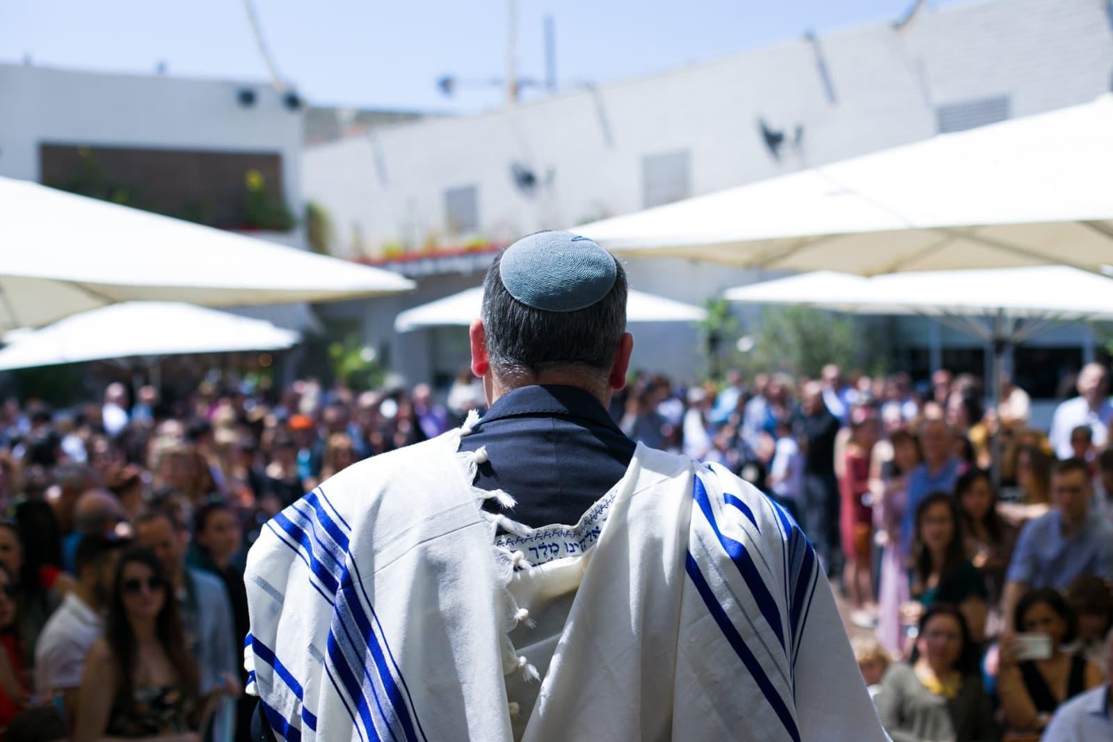הרב גלעד קריב מנהל טקס נישואים בתל אביב, 14 ביוני 2019 (צילום: באדיבות התנועה ליהדות מתקדמת)