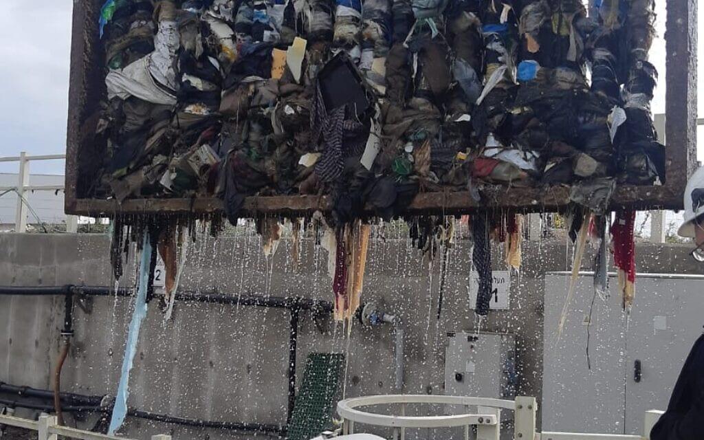 פסולת פלסטיק במסננים של תחנת הכח רוטנברג באשקלון (צילום: חברת החשמל)
