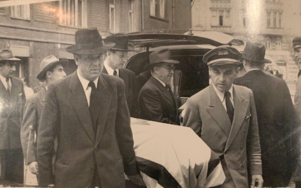 זלמן (און) אונרייך (משמאל, מאחור) מסייע בהבאתם לקבורה של חביבה רייק ושל בן דודו, צבי בן יעקב (צילום: באדיבות דויד ברון)