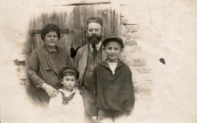 רג'ינה וסולים אונרייך עם שניים מילדיהם, 1910 (צילום: באדיבות דוד בר-און)