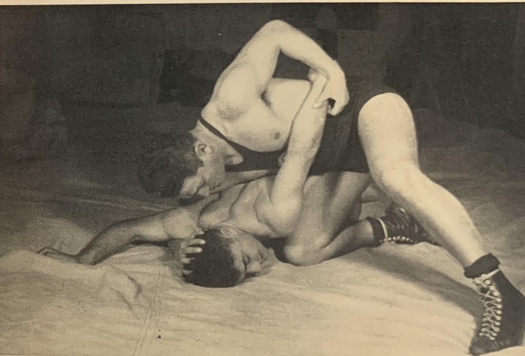 זלמן אונריין (און) מלמד התאבקות בפלשתינה בשנות ה-30 (צילום: הספרייה הלאומית)