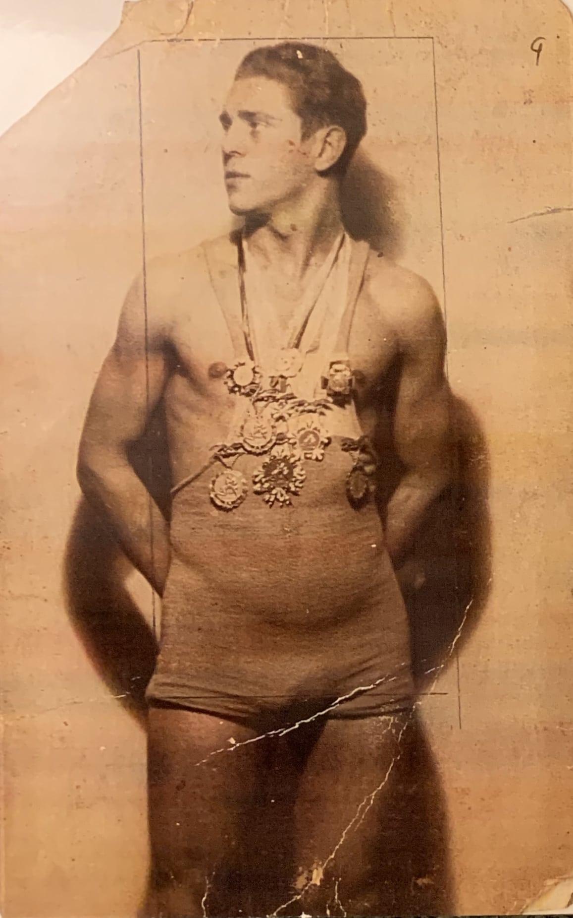 זלמן און אונרייך עונד מדליות שבהן זכה, תחילת שנות ה-30 (צילום: באדיבות דוד בר-און)