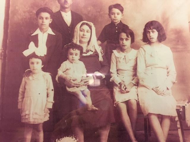 סבתא אסתר (מחזיקה את דודי התינוק) ומשפחתה