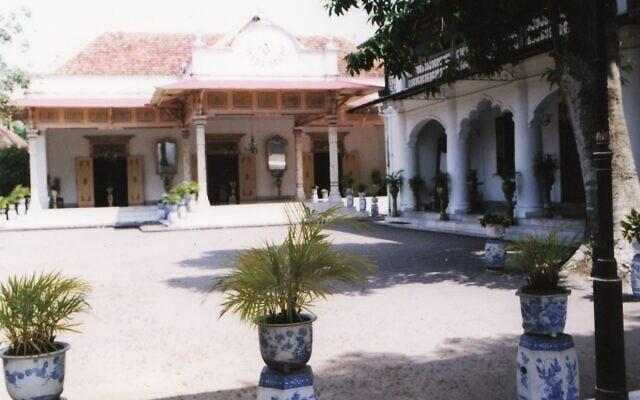 """ארמון הקיסר בעיר ג'וגג'קרטה, תמונה מביקורו של ד""""ר גיורא אלירז באינדונזיה לפני כעשרים שנה (צילום: ד""""ר גיורא אלירז)"""