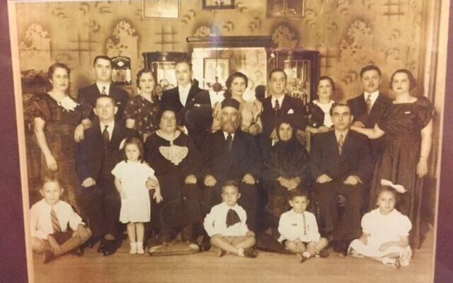סבתא ביילע עם המשפחה המורחבת (עומדת משמאל)