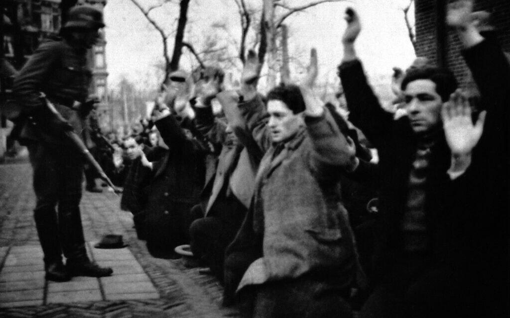 חיילים גרמנים אוספים את היהודים בשכונת היהודים באמסטרדם, 1941