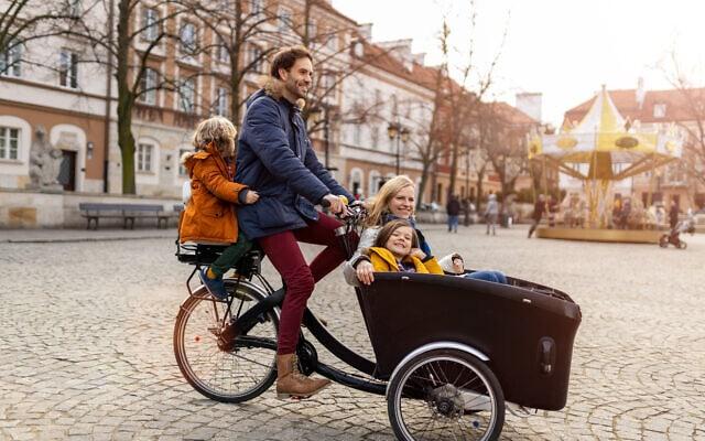 משפחה על תלת-אופן באירופה. אילוסטרציה (צילום: iStock)