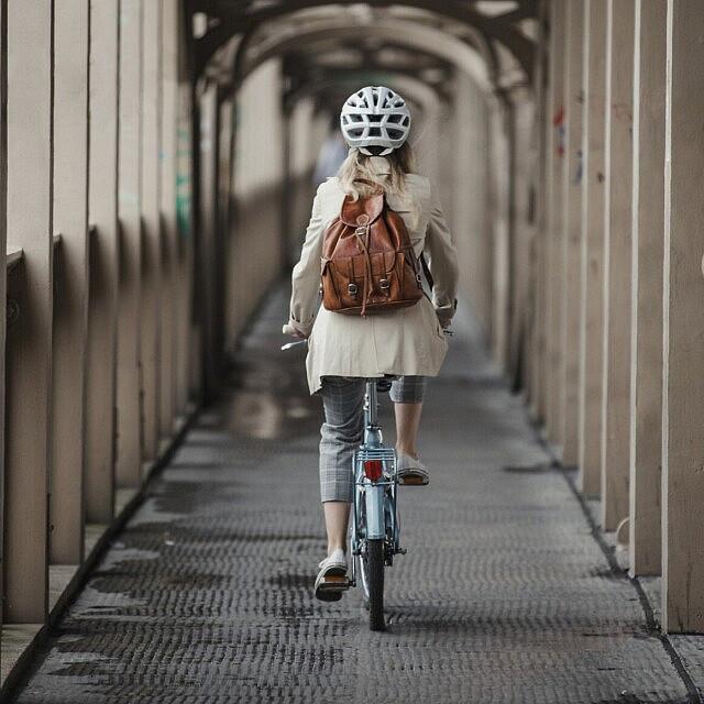 אישה רוכבבת על אופניים. אילוסטרציה (צילום: iStock)