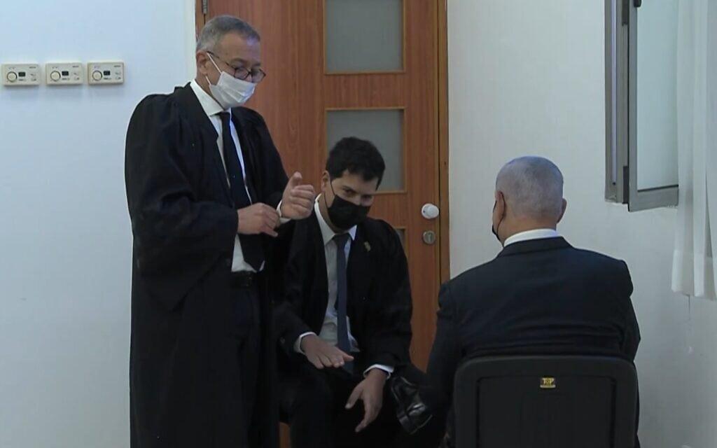נתניהו בבית המשפט עם עורכי דינו, צילום מסך מסרטון של קונטקס, מעריב