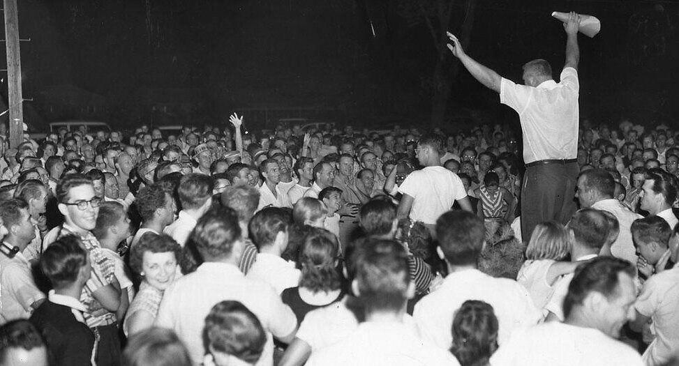 מפגינים ליד לוויטאון שבפנסילבניה נאבקים למנוע ממשפחות שחורות לרכוש בתים במקום, 1957 (צילום: רשות הציבור)