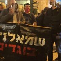 """משה מירון עם השלט """"שמאלנים בוגדים"""", צילום מסך מסרטון של ציפי מנשה"""