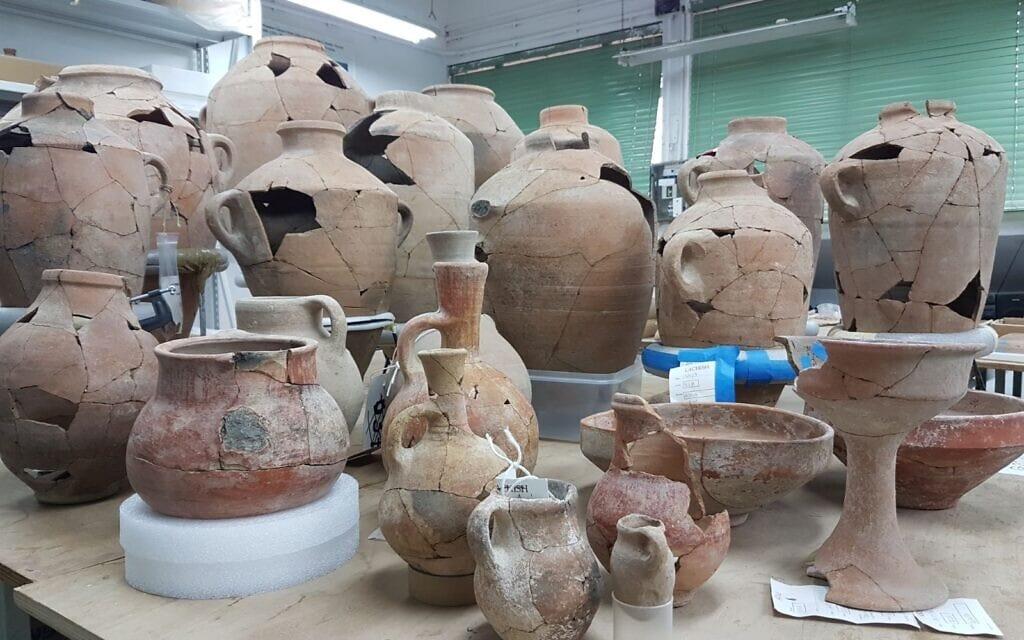כלי חרס שנמצאו באתר שבו עמדה, כנראה, העיר המקראית צקלג, ונמצאים כעת במעבדות רשות העתיקות (צילום: באדיבות משלחת החפירות של צקלג)