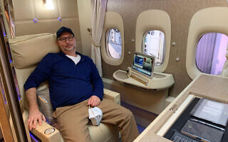מוטי כהנא על המטוס מדובאי לניו ג'רזי, פברואר 2021 (צילום: באדיבות המצולם)