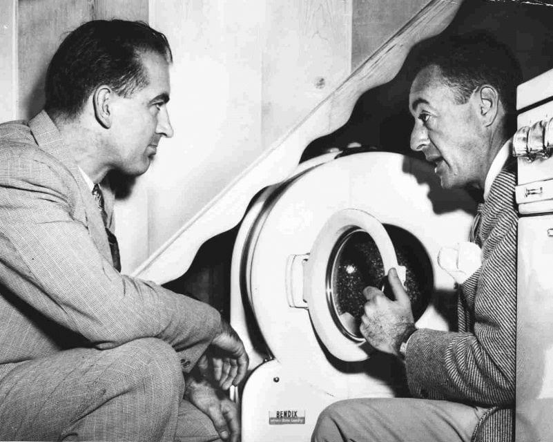 ויליאם לוויט מראה מכונת כביסה לסנאטור ג'וזף מקארתי בלוויטאון שבניו יורק, 1947 (צילום: רשות הציבור)