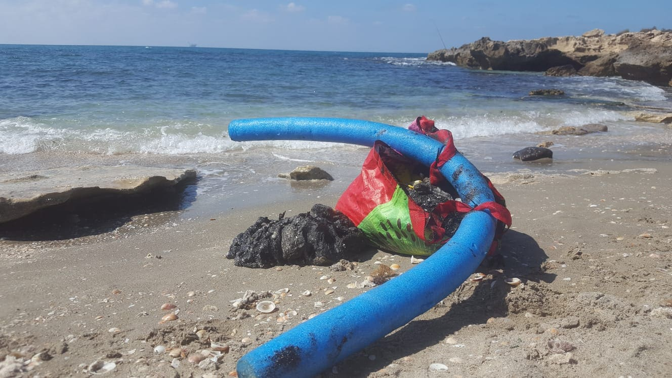 זפת בחוף הבונים (צילום: אודי דגן)
