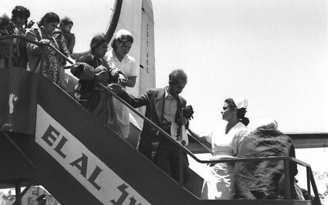 עולים מעיראק, לצד עולים מאיראן ומכורדיסטן, נוחתים בישראל, 1 במאי 1951 (צילום: מדינת ישראל - אוסף התצלומים הלאומי)
