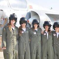 """חמש בוגרות קורס טיס בשנת 2012 (צילום: דובר צה""""ל)"""