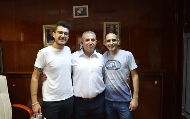 ראש עיריית נהריה רונן מרלי, במרכז, עם נוי זהבי משמאל (צילום: עמוד הפייסבוק של רביב משה)