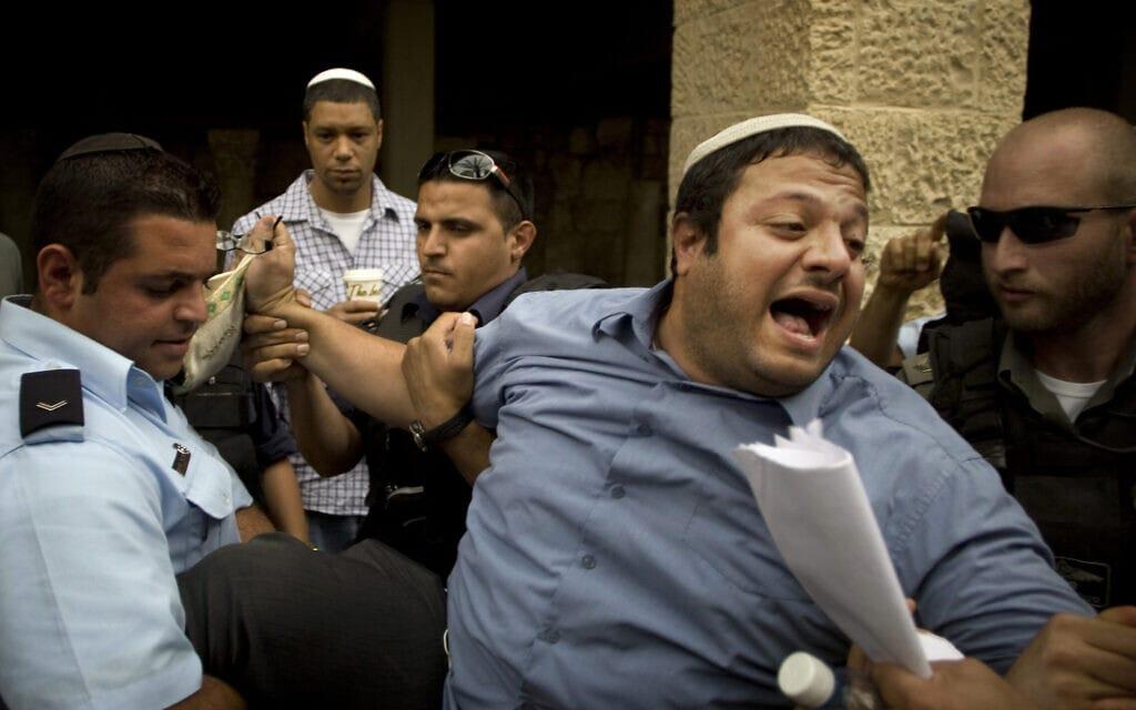 איתמר בן-גביר מעוכב על ידי המשטרה אחרי שהתפרץ לעבר אז ראש סגל הבית הלבן רם עמנואל בעת ביקורו בעיר העתיקה בירושלים, 27 במאי 2010 (צילום: AP Photo/Sebastian Scheiner)