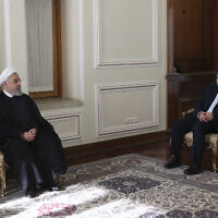 מוחמד ג'וואד זריף וחסן רוחאני במשרדו של נשיא איראן (צילום: Iranian Presidency Office via AP)