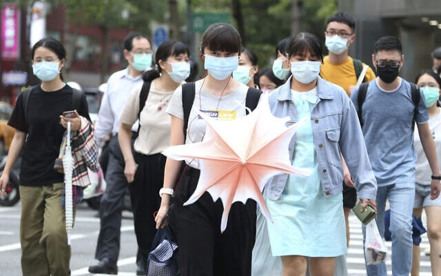שגרת החיים במהלך הקורונה בטאיפיי, טאיוואן, 18 במאי 2020 (צילום: AP Photo/Chiang Ying-ying)