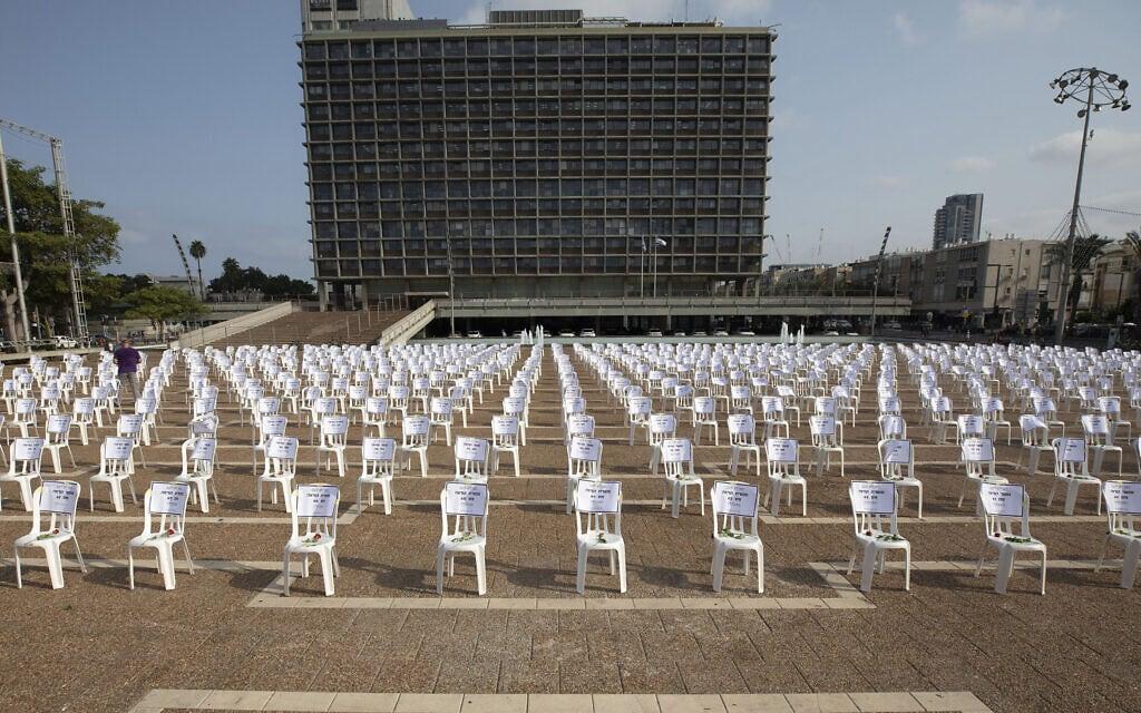 מיצג בכיכר רבין בתל אביב: אלף כיסאות לזכר אלף המתים מקורונה נכון ל-7 בספטמבר 2020 (צילום: AP Photo/Sebastian Scheiner)