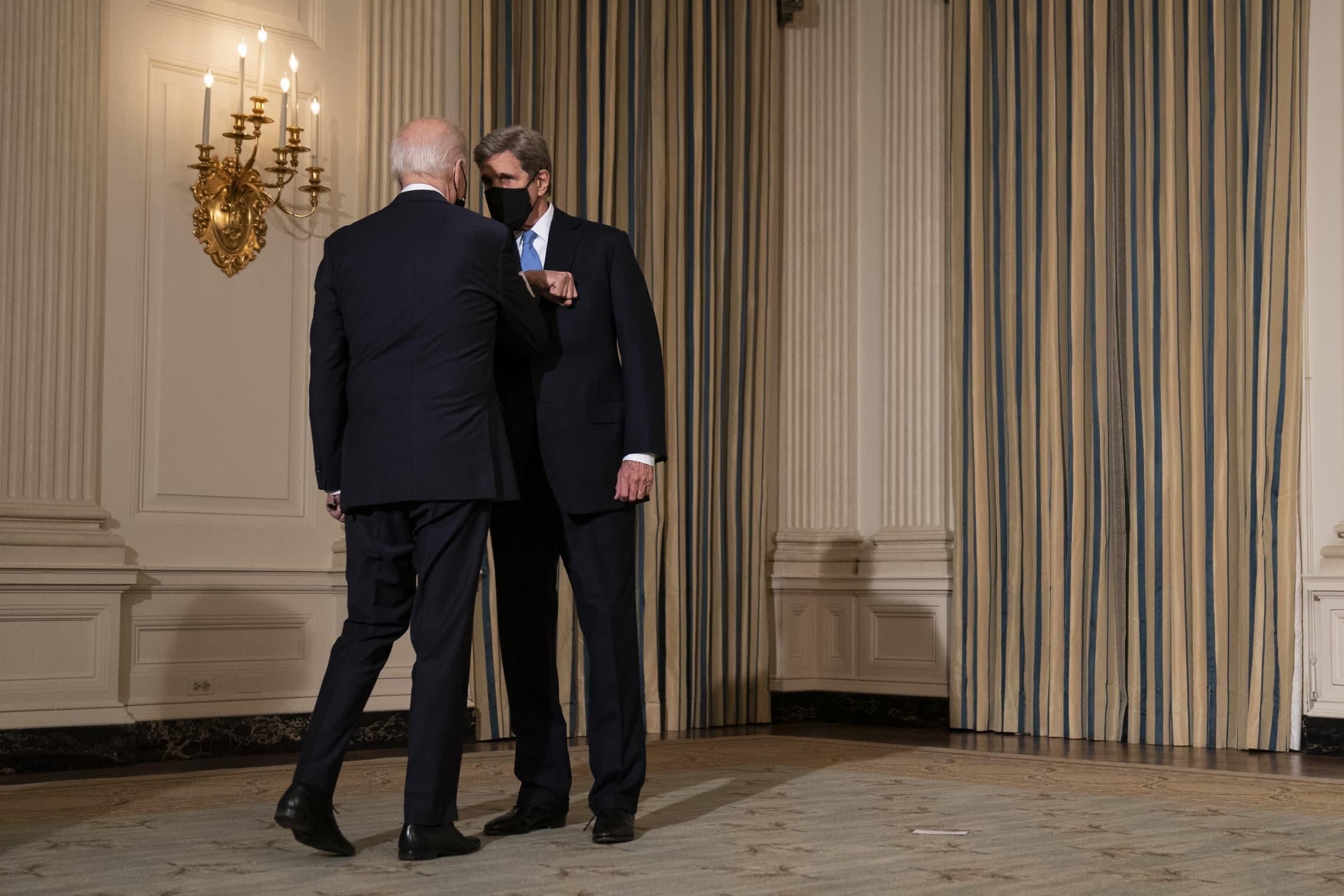 ג'ו ביידן וג'ון קרי בבית הלבן, 27 בינואר 2021 (צילום: AP Photo/Evan Vucci)