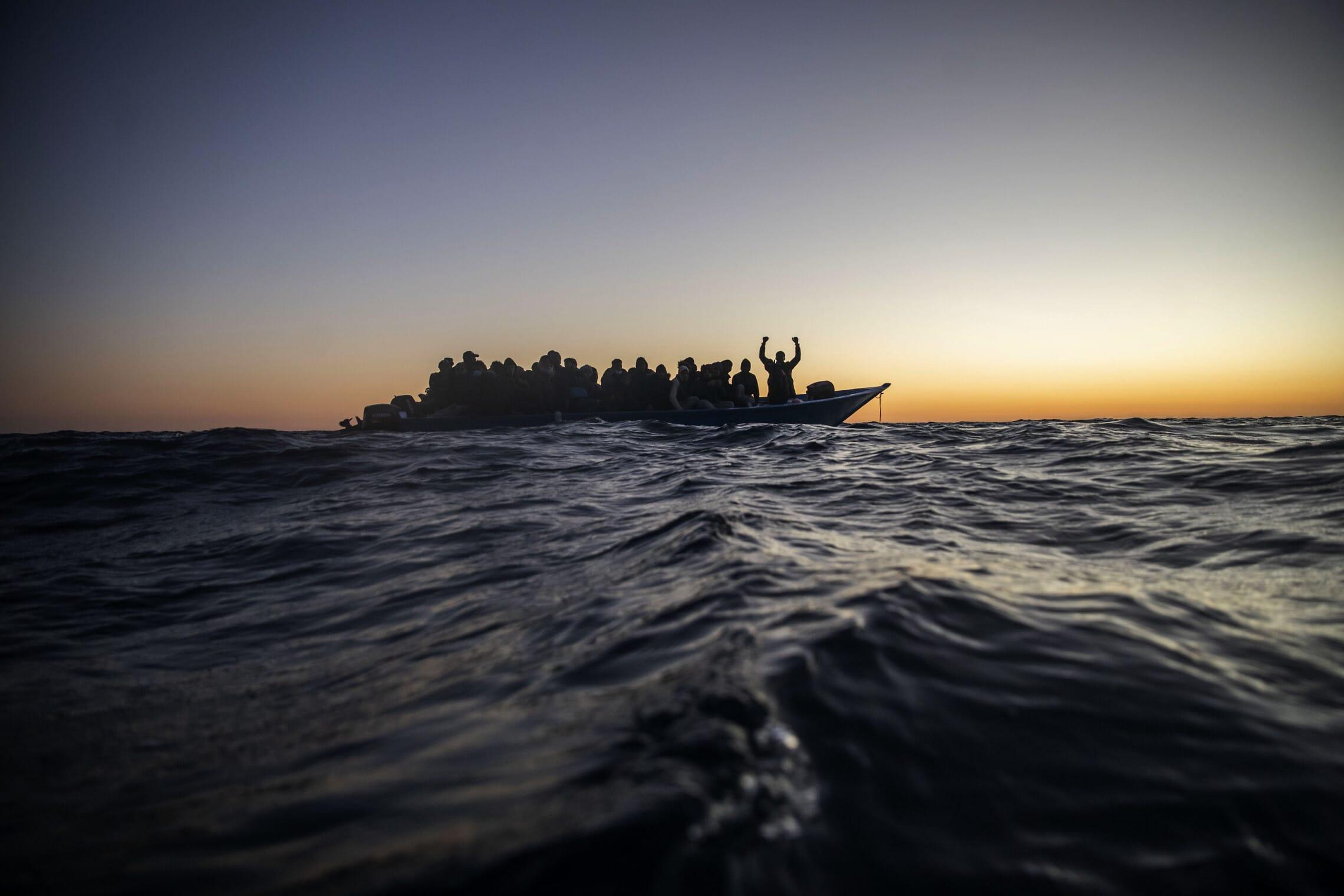 """פליטים מאפריקה מחכים לעזרה בלב ים, כ-200 ק""""מ צפונית לחוף לוב, 21 בפברואר 2021 (צילום: AP Photo/Bruno Thevenin)"""