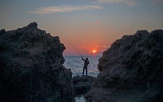 דייג על החוף ליד חדרה, 21 בפברואר 2021דייג על החוף ליד חדרה, 21 בפברואר 2021 (צילום: AP Photo/Ariel Schalit)