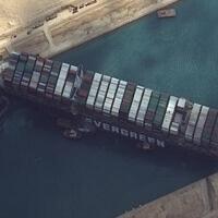 """צילום לוויין המראה את ספינת המשא """"אבר גרין"""" תקועה בתעלת סואץ ליד מצרים, 26 במרץ 2021 (צילום: Maxar Technologies via AP)"""