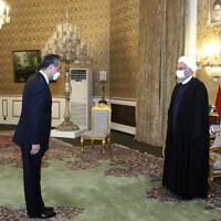 נשיא איראן חסן רוחאני מקבל את פניו של ראש ממשלת סין וונג יי בטהרן, 27 במרץ 2021 (צילום: Iranian Presidency Office via AP)