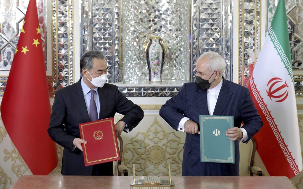 שר החוץ של איראן מוחמד ג'וואד זריף ושר החוץ של סין וואנג יי במעמד חתימת ההסכם בין שתי המדינות, טהרן, 27 במרץ 2021 (צילום: AP Photo/Ebrahim Noroozi)