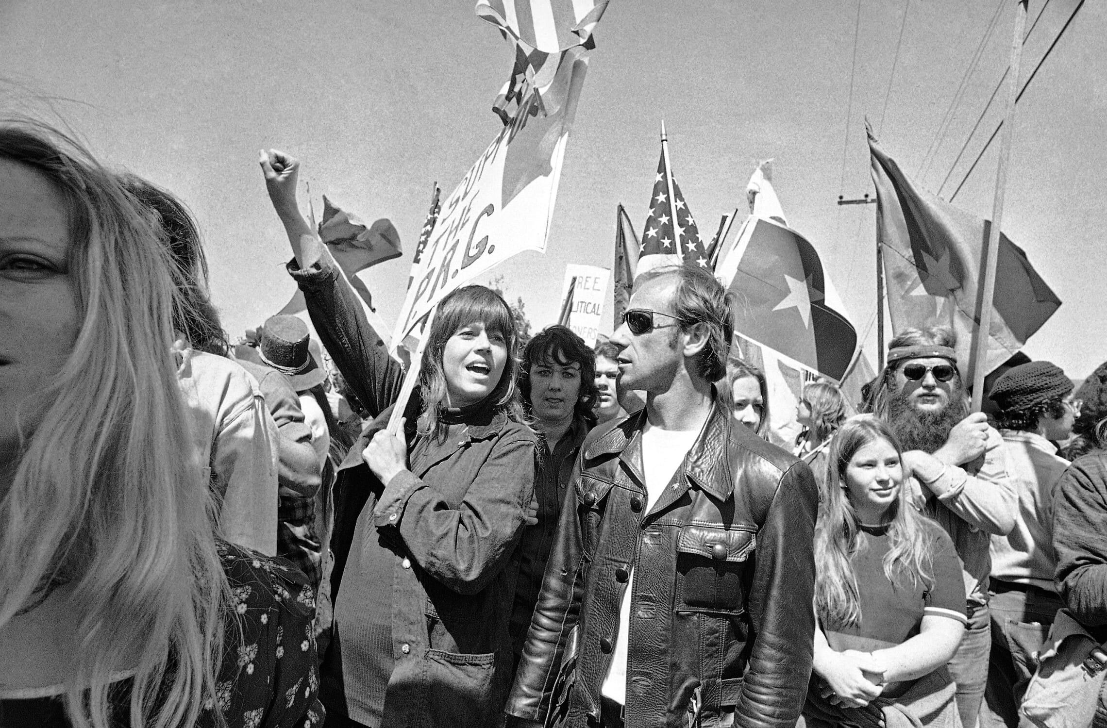 ג'יין פונדה בהפגנה מול הבית הלבן נגד מלחמת ויאטנאם בתחילת שנות השבעים (צילום: AP Photo/HF/ Harold Filan)