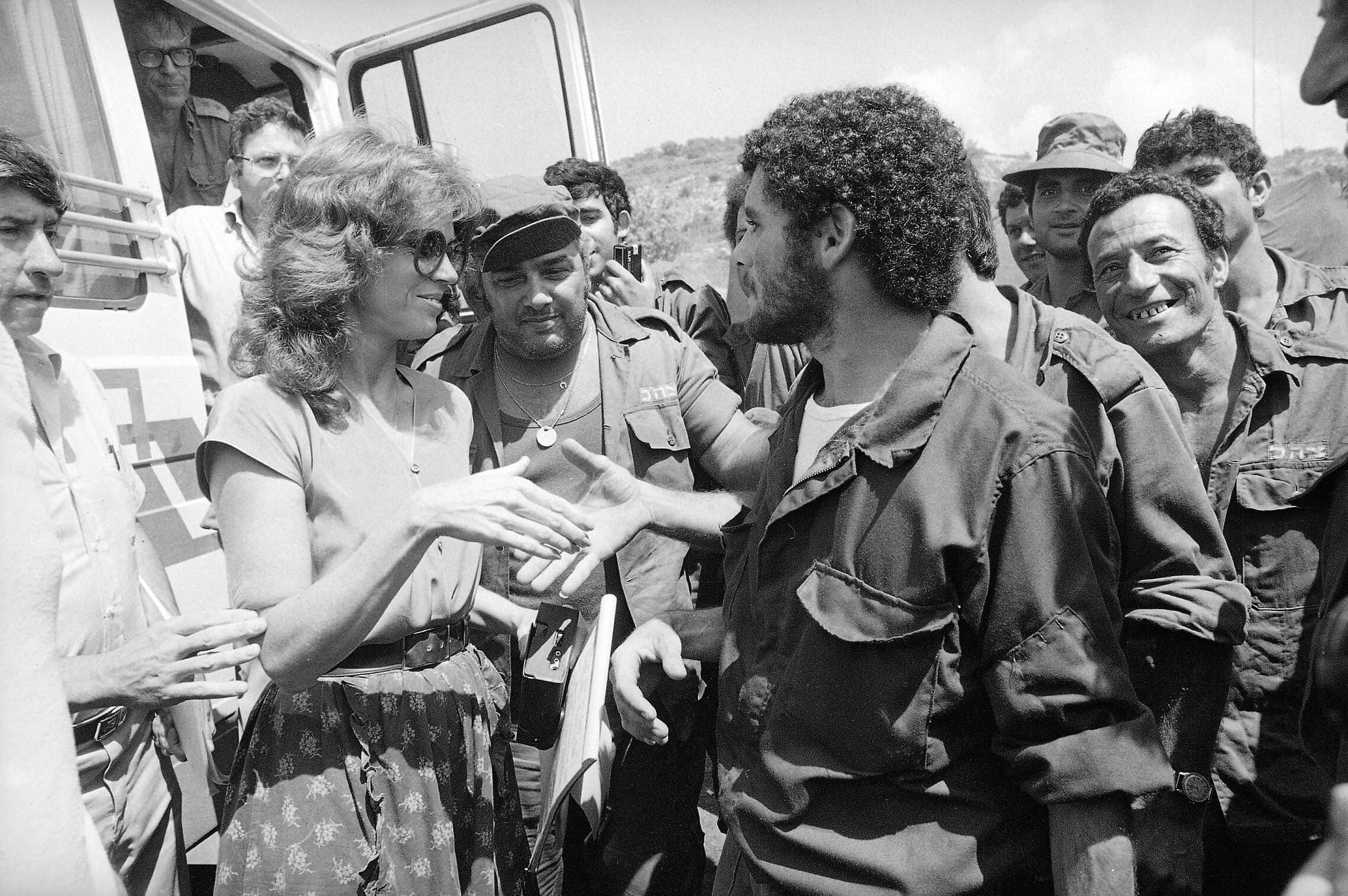 """ג'יין פונדה מבקרת חיילי צה""""ל ליד ביירות במסגרת ביקור בישראל לתמיכה בכניסה ללבנון, 4 ביולי 1982 (צילום: AP Photo)"""