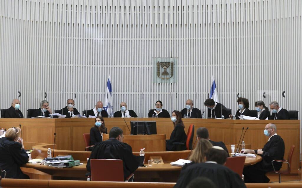 שופטי בית המשפט העליון, 4 במאי 2020; תצלום ארכיון – הדיון המתועד אינו קשור להחלטה בנושא הגיור (צילום: Abir Sultan/Pool via AP)