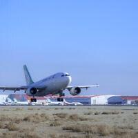 מטוס שנושא חיסוני ספוטניק נוחת בטהרן, פברואר 2021 (צילום: Saeed Kaari/IKAC via AP)