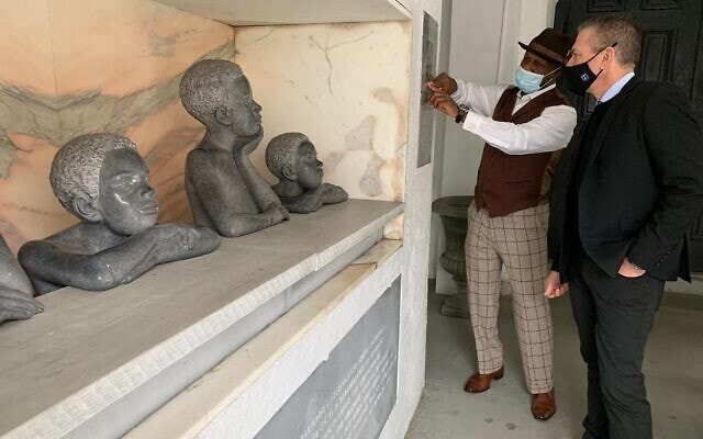 גלעד ארדן מבקר בכנסיית האם עמנואל בצ'רלסטון, דרום קרוליינה, ב-21 בפברואר, 2020 (צילום: שגרירות ישראל בוושינגטון)