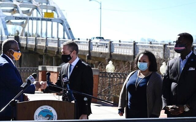 """שגריר ישראל לארה""""ב גלעד ארדן (במרכז) בגשר אדמונד פטוס בסלמה, אלבמה, עם המנהיג המקומי של הקהילה האפרו-אמריקאית. 22 בפברואר, 2021 (צילום: שגרירות ישראל בוושינגטון)"""