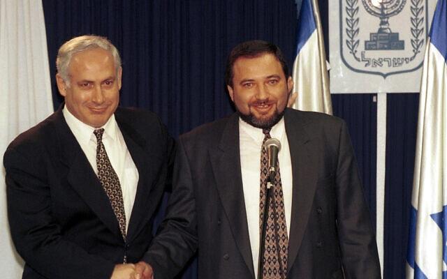 אביגדור ליברמן ובנימין נתניהו ב-1996 (צילום: פלאש90)