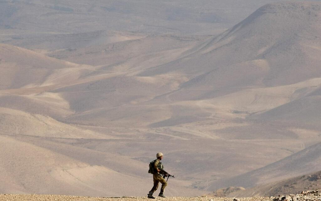 """חייל משתתף בתרגיל צה""""ל במדבר יהודה, יוני 2012 (צילום: משה שי/פלאש90)"""