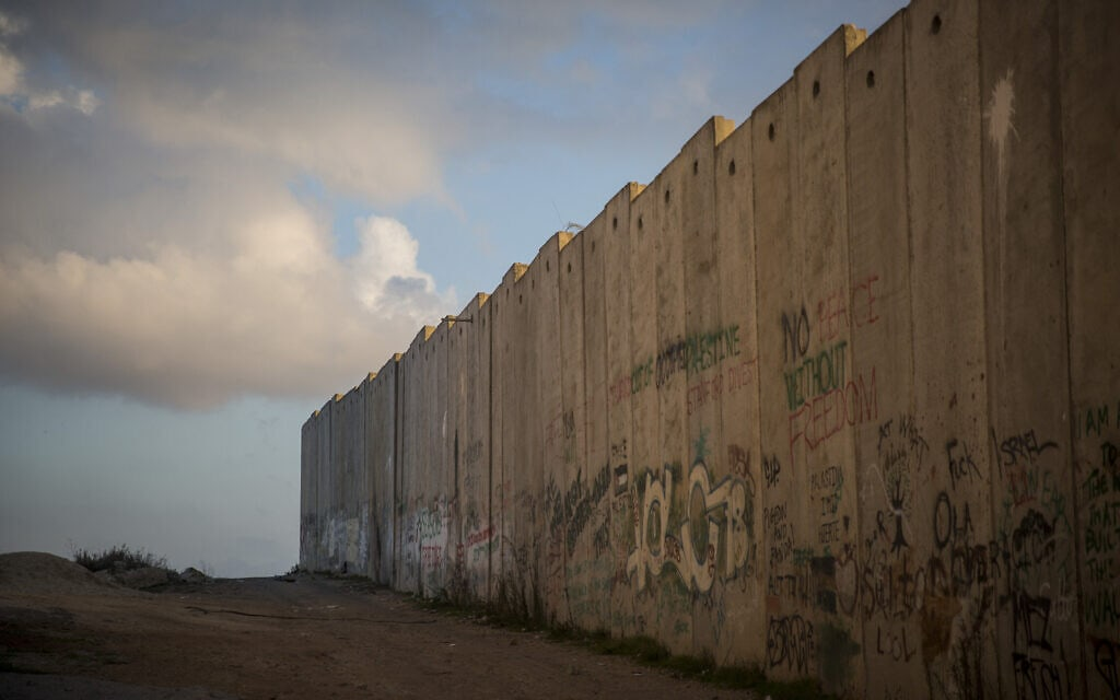 גדר ההפרדה ליד מחנה הפליטים קלדניה בגדה המערבית (צילום: הדס פרוש/פלאש90)