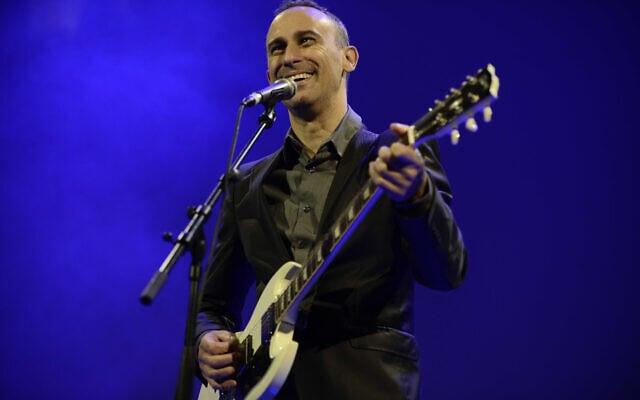 אסף אמדורסקי בהופעה (צילום: תומר נויברג/פלאש90)