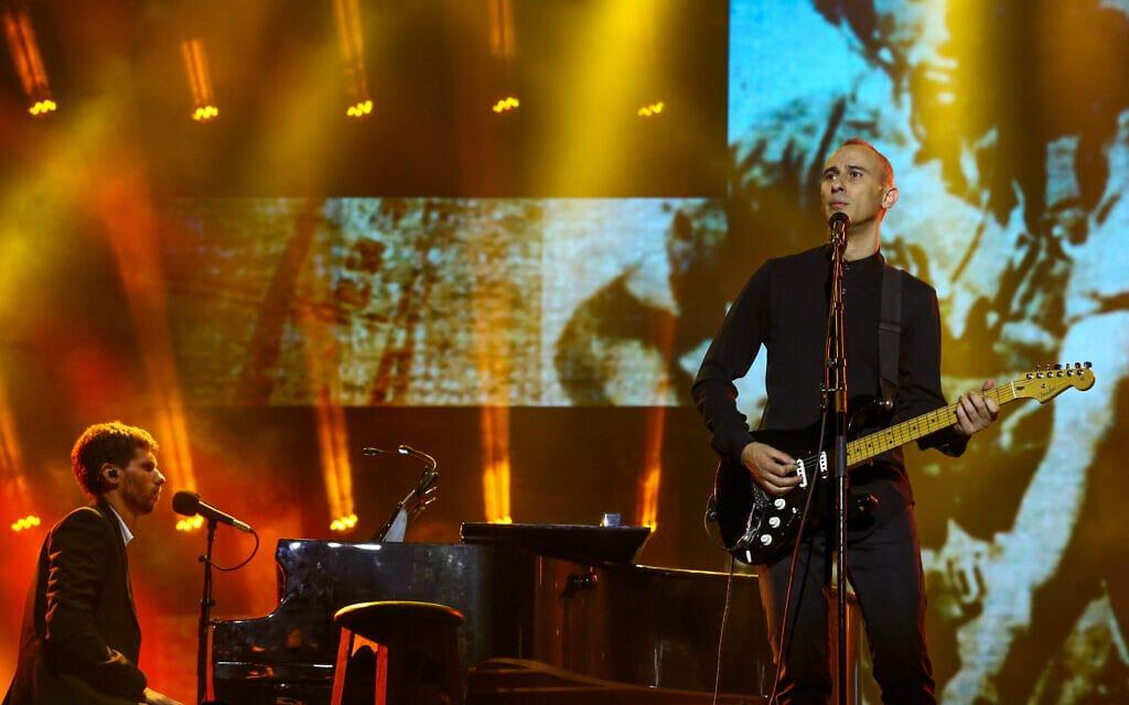 אסף אמדורסקי בהופעה (צילום: שלומי כהן/פלאש90)
