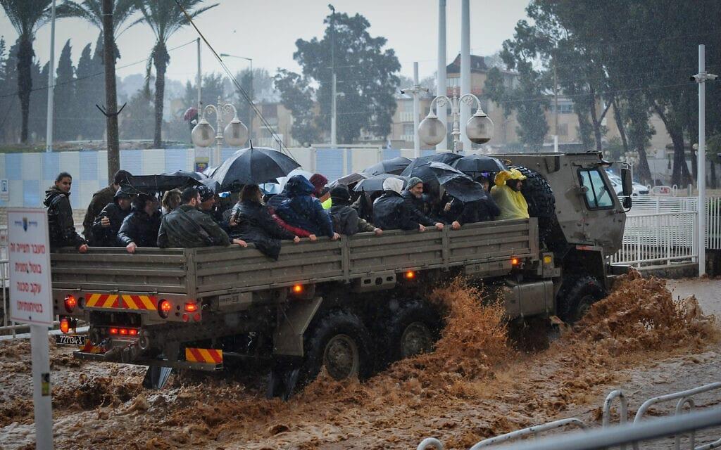 משאית צבאית מפנה אזרחים ברחובות המוצפים של נהריה, ינואר 2020 (צילום: מאיר וקנין/פלאש90)