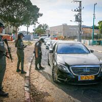 מחסום משטרתי בכביש המוביל לג'ואריש ברמלה, יוני 2020 (צילום: יוסי אלוני / פלאש 90)